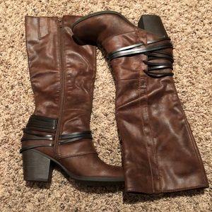 Brown faux leather Fergalious boots